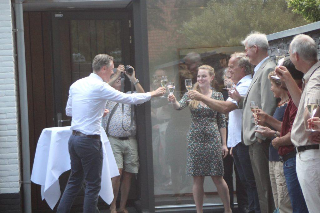 Wethouder van cultuur Hans Broekhuizen opent