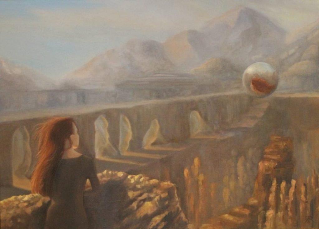 Een roodharige vrouw bij een dam, mogelijk de Hooverdam. Er zweeft een bol in de lucht, met de reflectie van de vrouw.