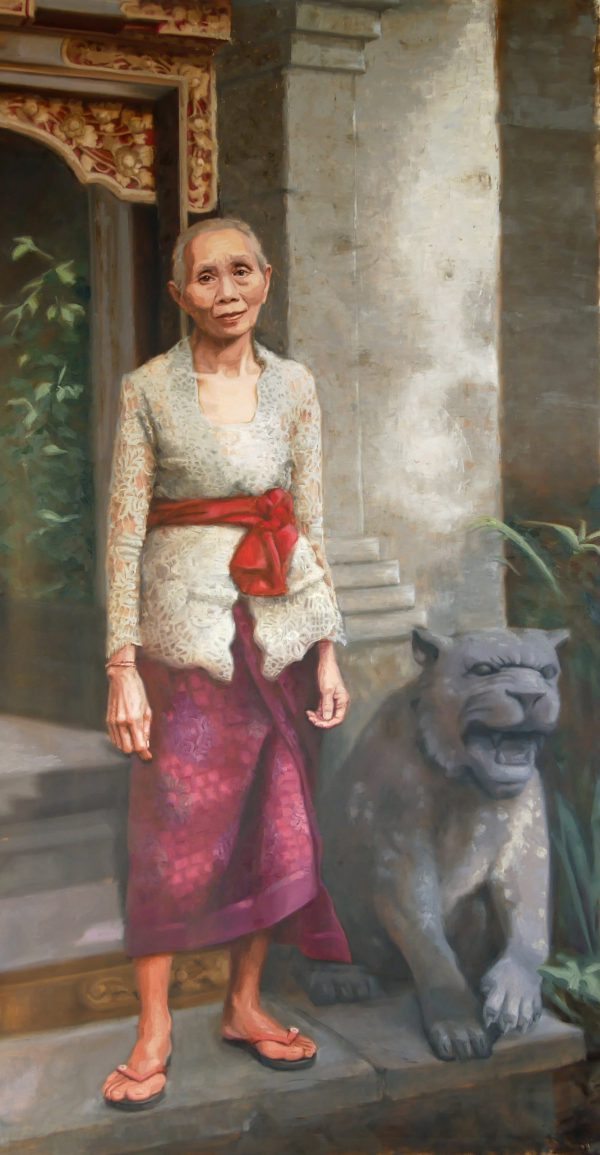 A Balines woman in front of a hotel welcoming her guests, near a pilar and grey lion statue
