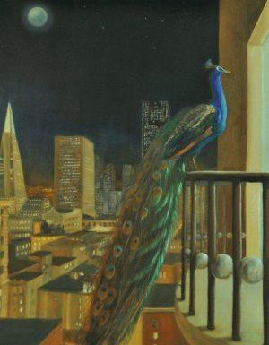 In een nachtelijke moderne stad zit een pauw op een balkonhek en kijkt een woning binnen. Tussen de spijlen van het balkon zitten bollen. Het is volle maan.