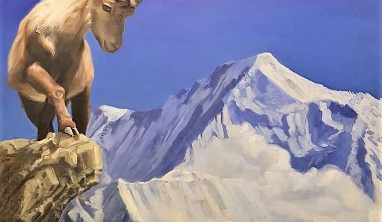 Een steenbok op grote hoogte, met indrukwekkende 3D hoorns, op een rots in de Alpen bij Chamonix, boven het wolkendek. Een strak kobaltblauwe lucht.