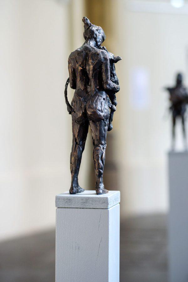 """Achterkant van een bronzen beeld """"Koesteren'(een vrouw met een kalfje)"""