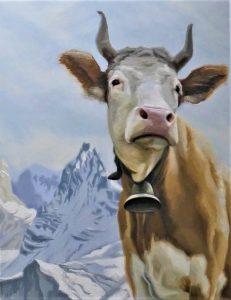 Een koe met horens en een bel torent hoog in de Alpen.