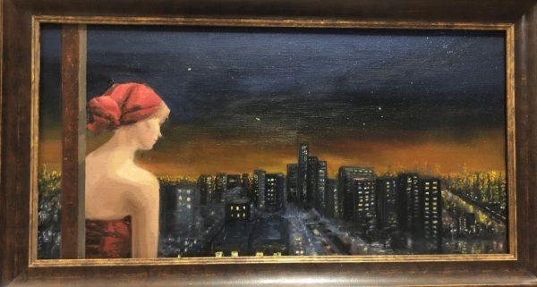 Een jonge vrouw met een rode doek om het haar geknoopt kijkt naar de lichten van de stad bij nacht.pt