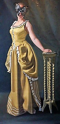 Een vrouw met vlindermasker in Venetiaanse kleding bij een tafeltje.