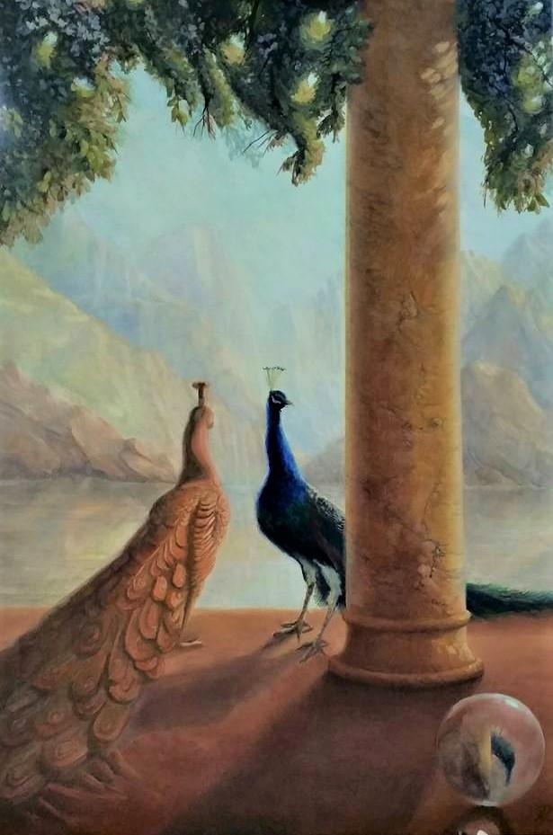 Een pauwenpaartje ontmoet elkaar bij een pilaar. Op de achtergrond een meer en bergen. Op de voorgrond een bol met reflectie van de pilaar en pauw.