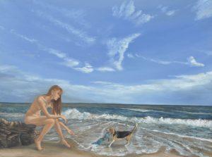 Een naakte vrouw zit aan het strand. Haar hond heeft haar bikini gepakt.