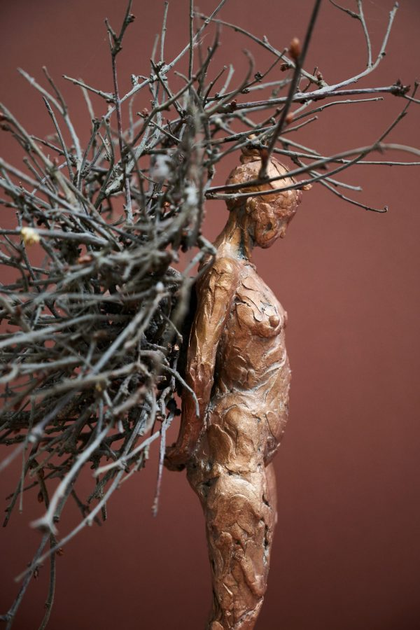 Betula III, a bronze sculpture by Heleen Kater. A female with a lot of branches on her back.