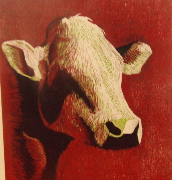Houtsnede van een koe zonder hoorns. Wit rood gekleurd. 30x 30 cm. Gemaakt door Gabriëlle Westra