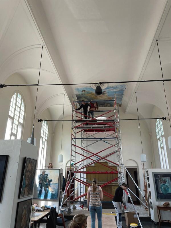 Deel 1 van de plafondschildering wordt aangebracht in de Museumkerk van Jan van Loon in Assen.