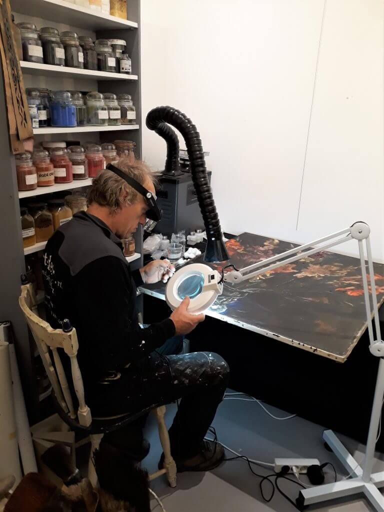 Randolph Algera restaureert een schilderij van Jan Sluijters