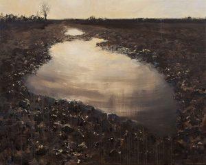 Marein Konijn schildert een modderpad. De lucht reflecteert in het water.